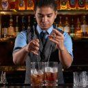 Top listu nejlepších barů světa letos vévodí londýnský podnik - http___cdn.cnn.com_cnnnext_dam_assets_181004004614-regentsingapore-manhattanheadbartender-cedricmendozaaction