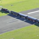 Na neobvyklém letišti Gisborne Airport letadla přístávají nad vlakovou tratí - sgdvyx
