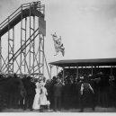 """Bizarní cirkusové představení """"diving horse"""" - 1_OJrdEyGVFsZBuMVlwxSHyA"""
