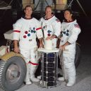 """I na Měsíci najdete lidské umění – malou sošku """"padlého astronauta"""" - Apollo_15_crew"""