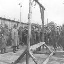 Ohrdruf – první z Američany osvobozených nacistických táborů - Ohrduf_Gallows_Eisenhower