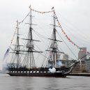 Vyplula roku 1765, přežila bitvu u Trafalgaru a činí se dodnes. HMS Victory je nejstarší lodí v aktivní službě - 1024px-USS_Constitution_fires_a_17-gun_salute