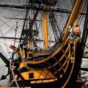 Vyplula roku 1765, přežila bitvu u Trafalgaru a činí se dodnes. HMS Victory je nejstarší lodí v aktivní službě - 800px-HMS_Victory_-_bow