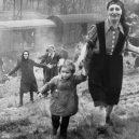 Druhá šance na život. Snímky zachycují momenty po osvobození Židů z vlaku smrti - Jewish prisoners after being liberated from a death train, 1945 small (2)