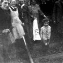 Druhá šance na život. Snímky zachycují momenty po osvobození Židů z vlaku smrti - Jewish prisoners after being liberated from a death train, 1945 small (5)
