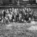 Druhá šance na život. Snímky zachycují momenty po osvobození Židů z vlaku smrti - Jewish prisoners after being liberated from a death train, 1945 small (6)