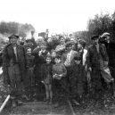 Druhá šance na život. Snímky zachycují momenty po osvobození Židů z vlaku smrti - Jewish prisoners after being liberated from a death train, 1945 small (8)