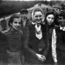 Druhá šance na život. Snímky zachycují momenty po osvobození Židů z vlaku smrti - Jewish prisoners after being liberated from a death train, 1945 small (9)