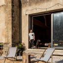 Takhle se bydlí v bývalé ruině renesančního kostela - the-church-of-tas-sopuerta-spain-designboom-13