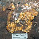 Čínské Sanxingdui vydalo další poklad – zlatou masku - gold-mask-in-dirt
