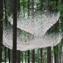 Uprostřed hustého lesa se vznáší úchvatná socha z dešťových kapek - John-Grade-image-2-768×512@2x