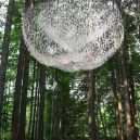Uprostřed hustého lesa se vznáší úchvatná socha z dešťových kapek - John-Grade-image-3-768×1152@2x