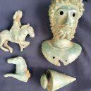 Hledači cenností vykopali na poli krásný antický poklad - 42032072-9495133-image-a-11_1619002854400