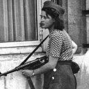 Simone Segouinová – osmnáctiletá partyzánka, která pomáhala osvobodit Paříž - segouin-with-gun
