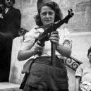 Simone Segouinová – osmnáctiletá partyzánka, která pomáhala osvobodit Paříž - simone-segouin-armed-with-machine-gun