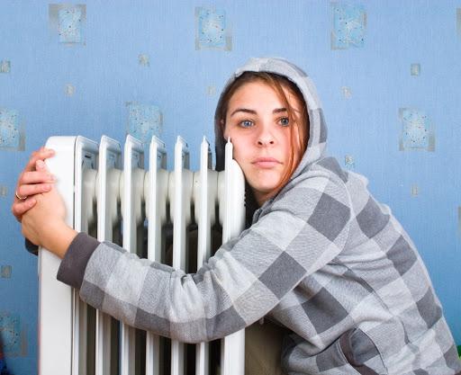 Až nadobro vychladnou radiátory z ústředního vytápění (což je kvůli stále rychleji rostoucím cenám emisních povolenek realistický scénář již v blízké budoucnosti), ještě rádi si pak doma zatopíme lokálně, po staru – nebo spíše po novu – třeba v klasických kamnech.