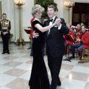 Ikonická fotka Johna Travolty s princeznou Dianou při plesu v Bílém domě - princess-Diana-john-Travolta-story-pictures (2)
