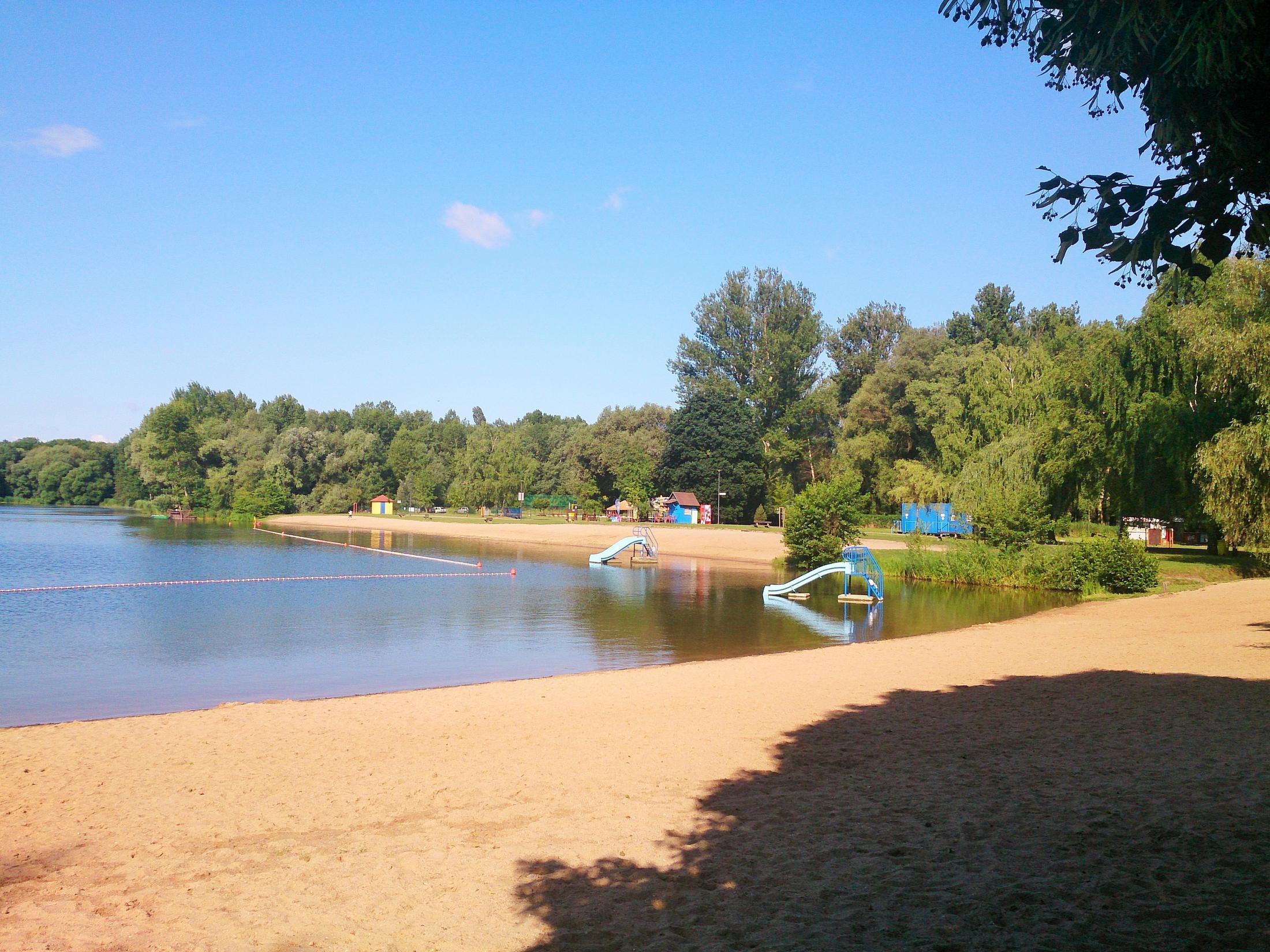 Jezero Poděbrady, nějvětší ze soustavy pěti jezer vzniklých v bývalých pískových lomech